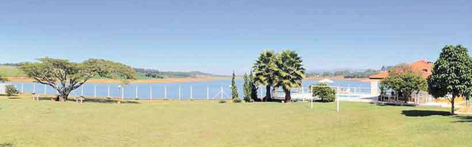 No Sudoeste de Minas, a represa de Furnas, mantida pela empresa homônima, continua com os níveis abaixo da cota mínima de 762 metros, estabelecida por emenda à Constituição estadual (foto:Divulgação/Alago)